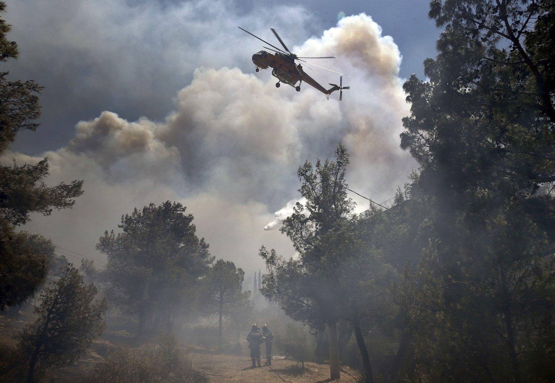 Et brannhelikopter deltar i slukkingen av en skogbrann ved Aten.