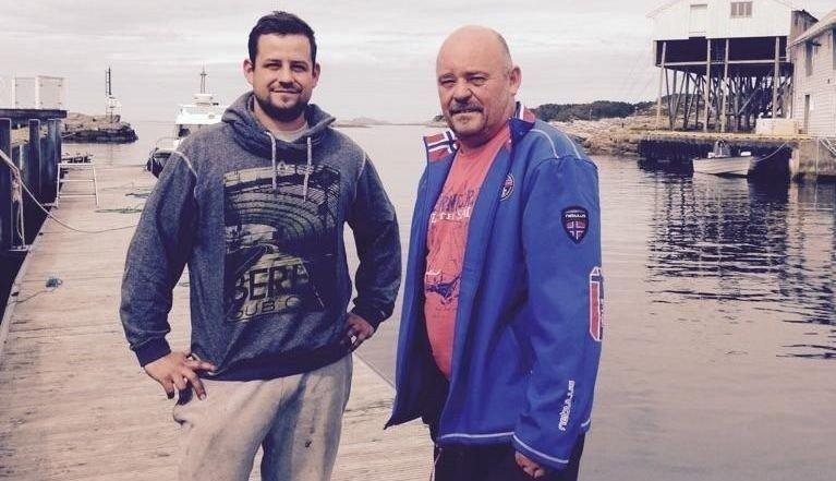Peter Kunert og sønnen Marcel reddet trolig livet til en svart og hvit hund som falt over bord ved kaien på Hellesøy fredag.
