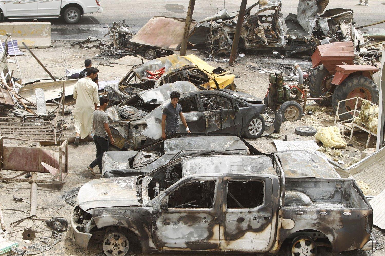 Skadene er store etter bombenagrepet fredag i landsbyen Khan Bani Saad som ligger nordøst for hovedstaden Bagdad i Irak. Over 100 mennesker mistet livet i angrepet. Ekstremistene i IS har tat på seg ansvaret.