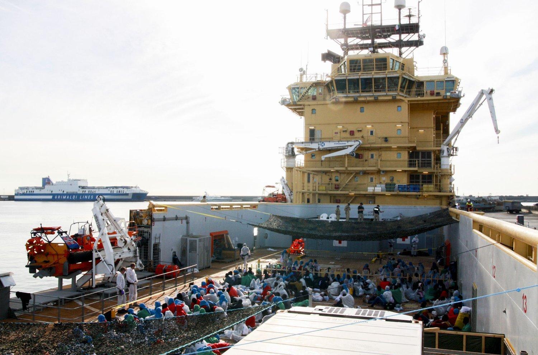 Det norske skipet Siem Pilot har i to døgn hatt 451 migranter om bord etter flere redningsaksjoner i Middelhavet.