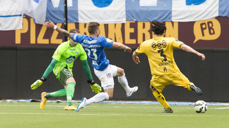 SCORET: Bodø/Glimts Zarek Valentin (t.h.) setter inn 0-1 i duell med Knut Olav Rindarøy i eliteseriekampen mellom Molde og Bodø/Glimt på Aker Stadion.