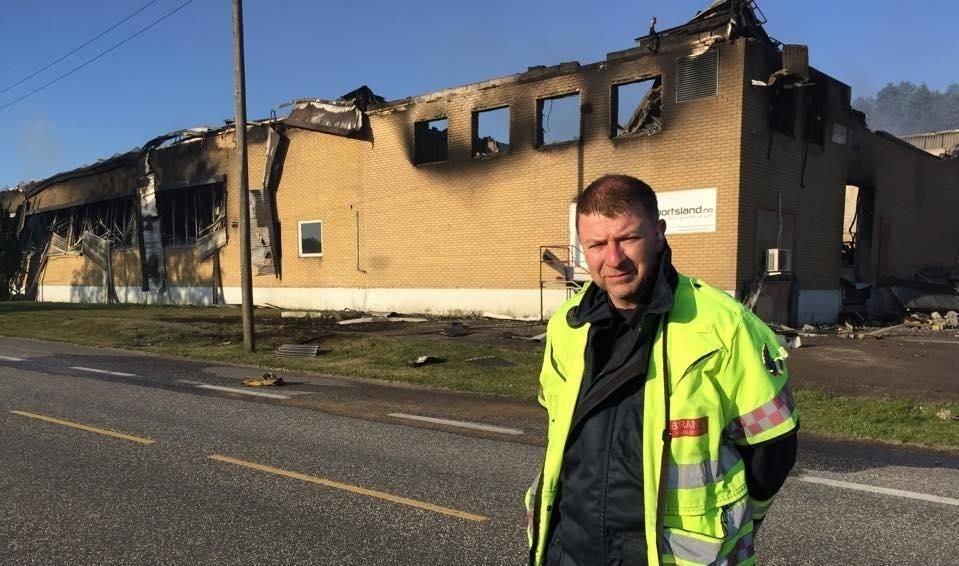 VED BRANNTOMTA: Brannsjef Per Olav Pettersen var på branntomta fredag morgen.