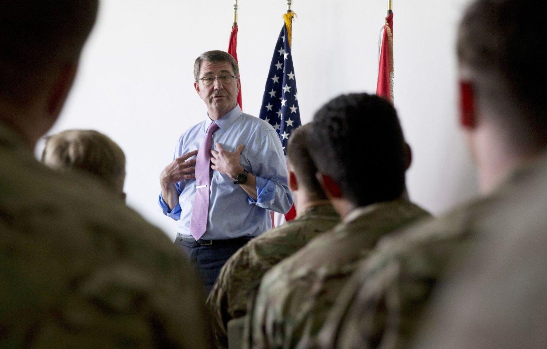USAs forsvarsminister Ashton Carter holdt en tale til en multinasjonal militærtropp ved Arbil internasjonale flyplass nord i Irak fredag. Forsvarsministeren møtte tidligere på dagen den kurdiske presidenten Massud Barzani for å diskutere innsatsen for å bekjempe Den islamske staten (IS).