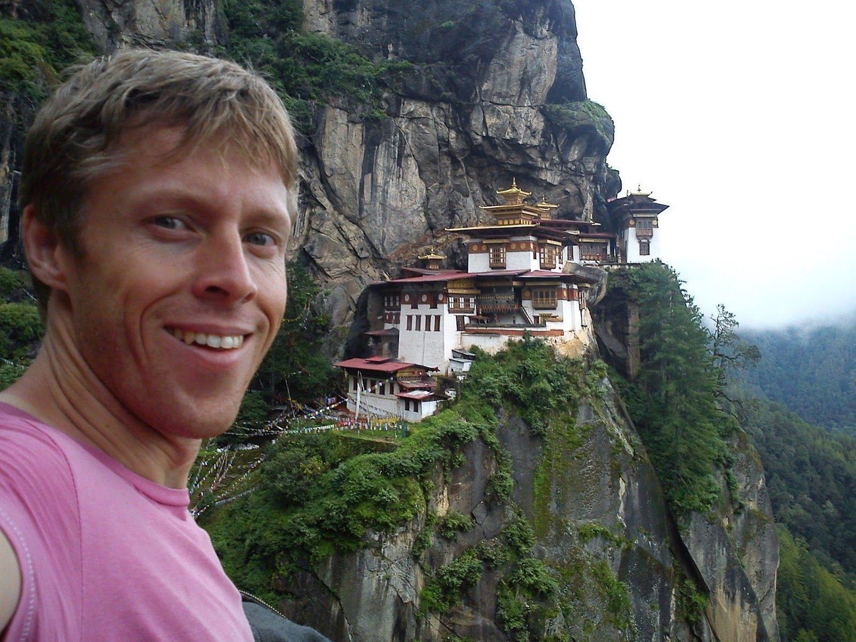 BHUTAN: Gunnar Garfors ved klosteret Taktshang i Bhutan.