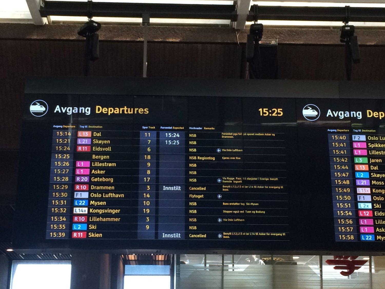 MÅTTE INNSTILLE: Innstilt på Drammensbanen, lyser det på tavla på Oslo S tirsdag ettermiddag.