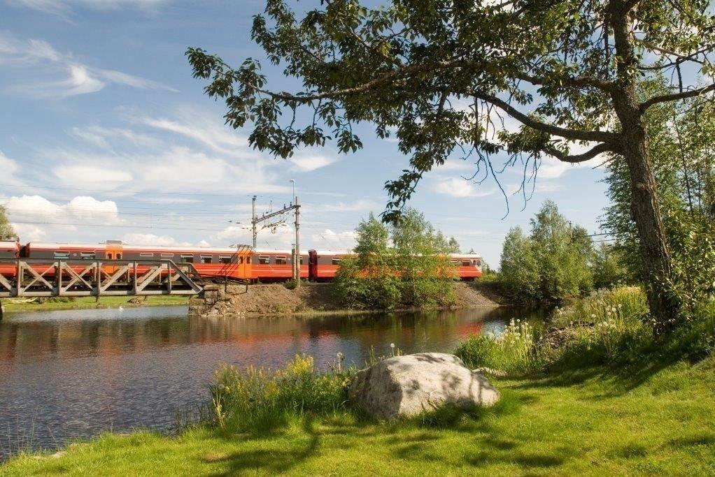 GAMMELT: Gjøvikbanen har en gjennomsnittlig hastighet på 60 km/t, og har over 200 svinger på strekningen fra Oslo S til Gjøvik. Togsettet på bildet er over 30 år gammelt.