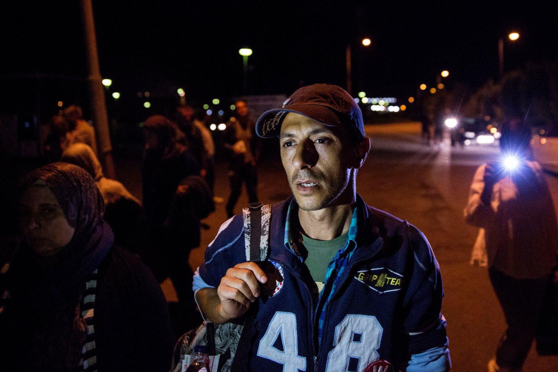 FIKK REISE VIDERE: Kosay Rashed fra Syria fotografert på Rødby stasjon onsdag kveld. Han var en av dem som haddde sittet ombord i toget på Rødby stasjon i Danmark siden tirsdag. Torsdag fikk flyktningene fritt leide videre.