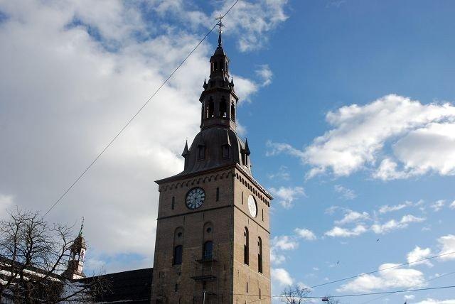 INN OG UT: Den norske kirke opplever både medlemsflukt og nye innmeldinger før kirkevalget.