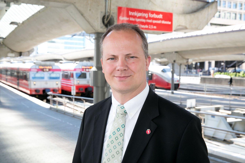 UTREDER: Samferdselsminister Ketil Solvik-Olsen har satt i gang et utredningsarbeid av behovene på Gjøvikbanen, og utelukker ikke ny trasé på deler av den over 100 år gamle banestrekningen.