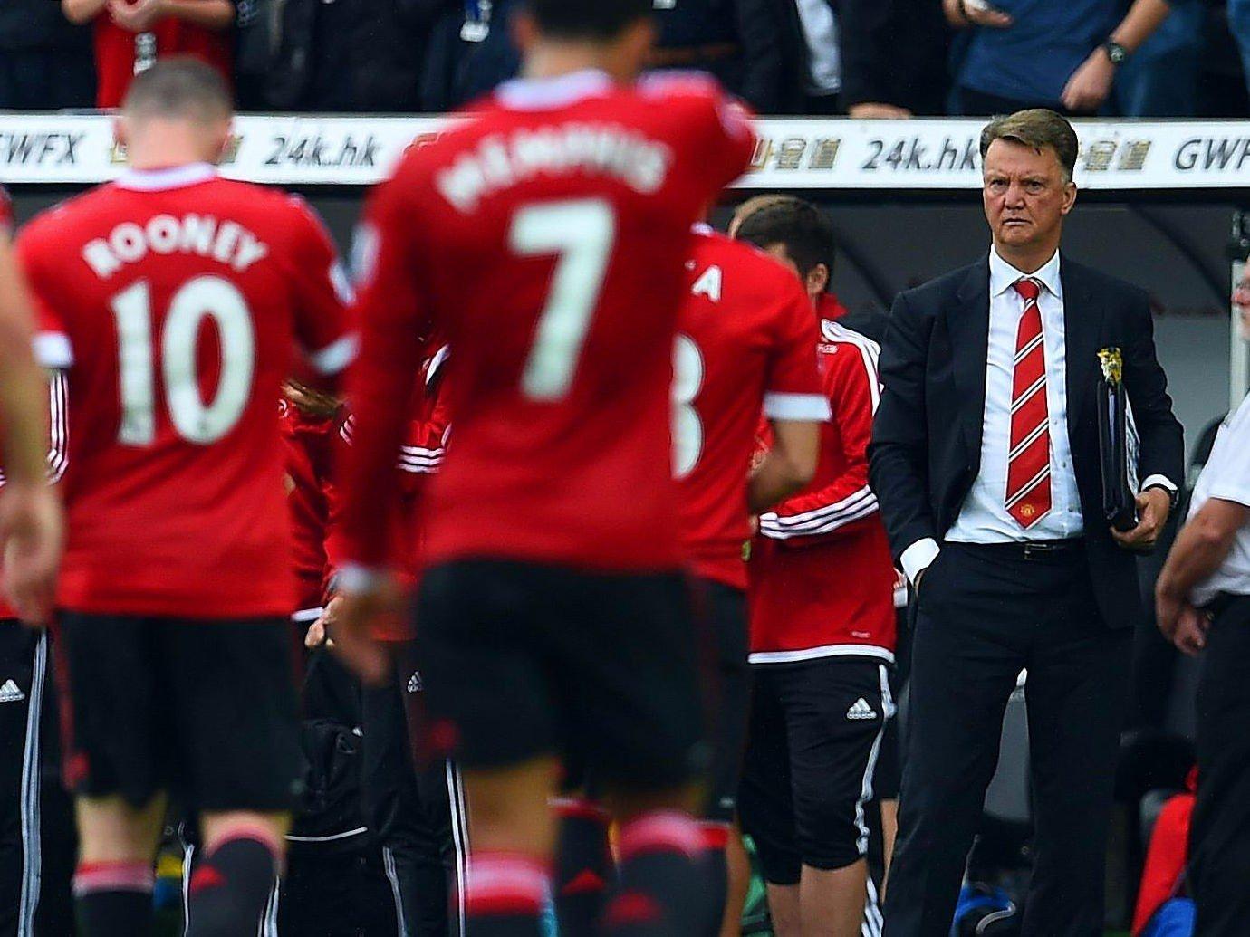 KLAR IGJEN: Manager Louis van Gaal fikk se spillerne sine gå slukøret av banen etter tapet for Swanse før landslagspausen. Nå forsvarer han Wayne Rooney, som er blitt Man. Uniteds største hakkekylling blant kritikerne.