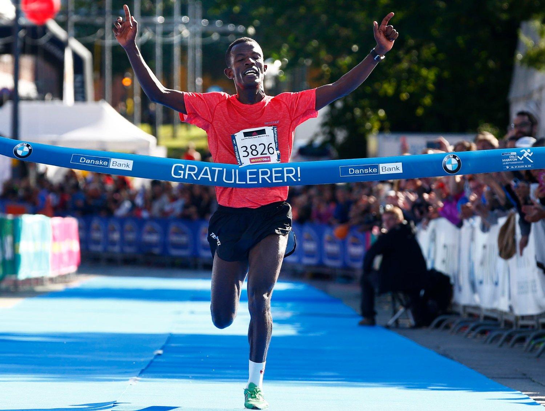 Taye Babeker Tirfea fra Etiopia vant Oslo Maraton lørdag med tiden 2:20:49. 2.300 deltakere var påmeldt til hel og halv maraton.