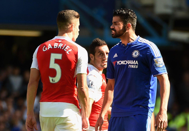 FIKK BLI PÅ BANEN: Diego Costa slo én motspiller, klorte en annen og greide til slutt å oppnå det han prøvde på: Å få utvist en Arsenal-spiller. Selv ble Chelsea-angriperen belønnet med gult ett gult kort i løpet av kampen.
