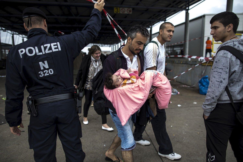 Tusenvis av migranter kom lørdag til Østerrike. Tidligere i uken kom denne gruppen med syrere. De hadde reist sammen siden de krysset Middelhavet.