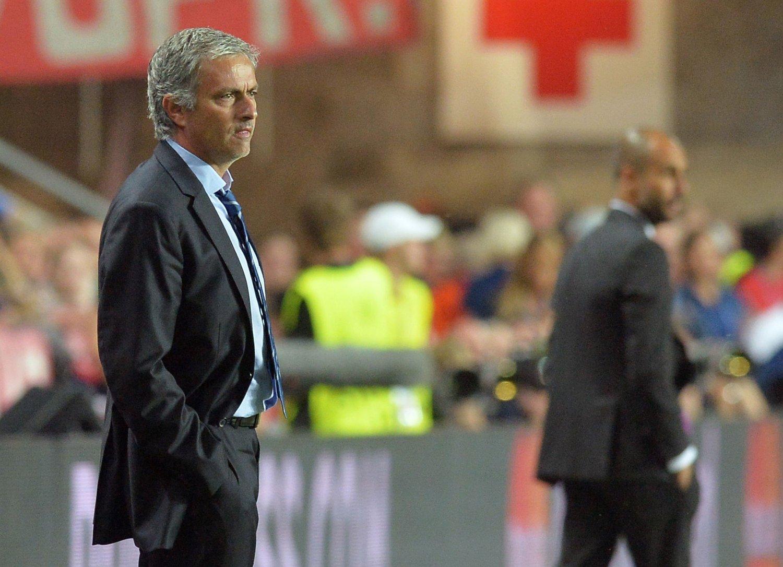 RIVALER PÅ FLYTTEFOT: Ryktene vil ha det til at både Chelsea-manager José Mourinho og hans gamle nemisis, Bayern München-trener Pep Guardiola (bak), blir ansatt av andre europeiske storklubber innen nær framtid.