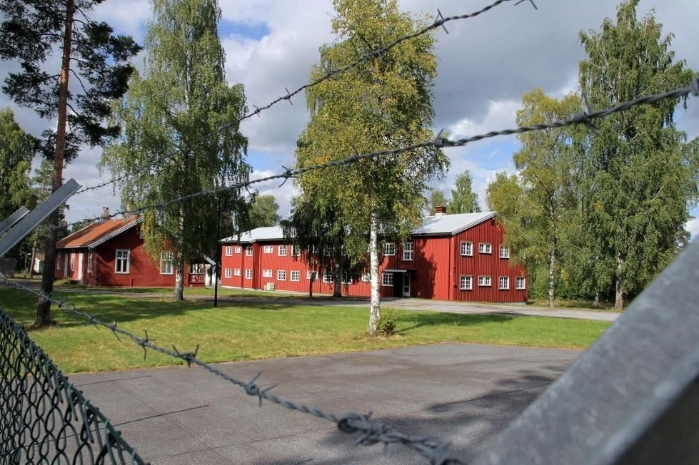 LEIR: Indre leir er en større eiendom (til høyre i bildet). Forsvaret har fortsatt stor virksomhet på Heistadmoen og har skilt ut sin eiendom med et gjerde. UDI har inngått leieavtale med en eiendomsutvikler i Oslo om et midlertidig flyktningmottak på stedet. De første er ventet mandag.