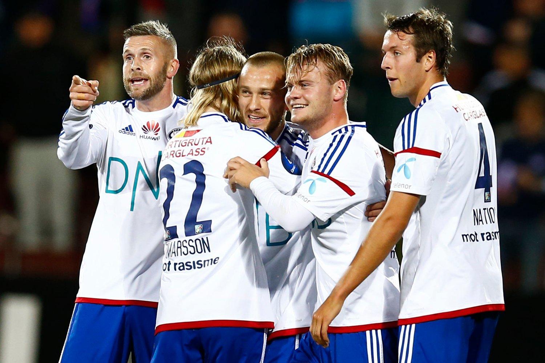 DRØMMETREFF: Enar Jääger gratuleres etter å ha scoret en god kandidat til årets mål mot Mjøndalen.