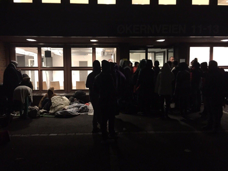 Opp mot 250 personer melder seg hver dag som asylsøkere til Politiets Utlendingsenhet på Tøyen i Oslo.
