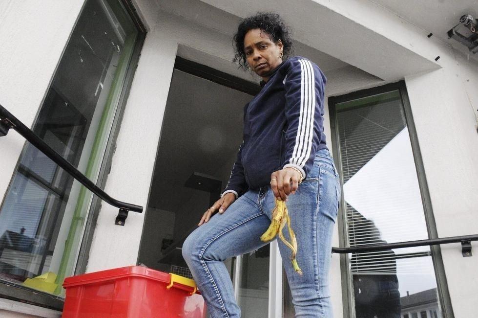 Fant skall: Irene Perez Gonzales har måttet plukke bananskall hver dag hun kom til butikken sin i Bø. Foto: Bjørnar Hagen Vika (Telemarksavisa)
