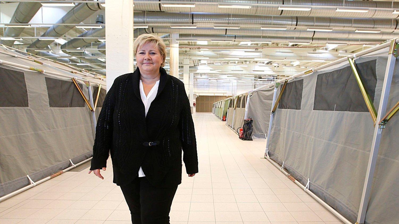 Statsminister Erna Solberg besøker det nye mottakssenteret for asylsøkere i Råde i Østfold-