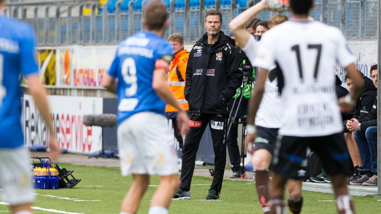 NÅ BRENNER DET: Mjøndalens trener Vegard Hansen fikk lite å juble for mot Molde. Nå står bruntrøyene med én fot i Obosligaen.