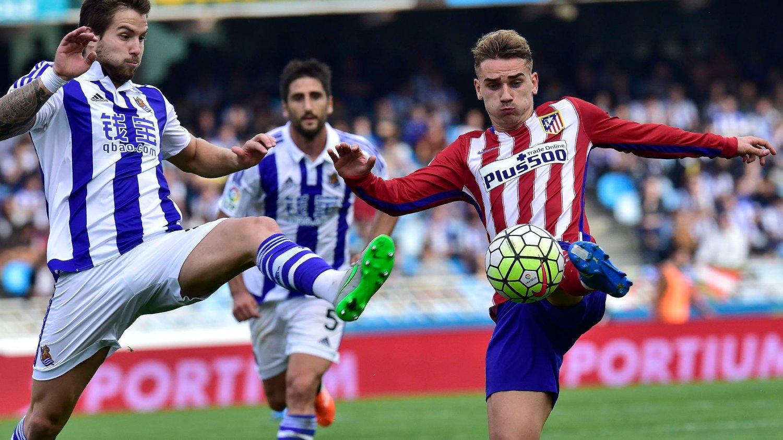 Atlético Madrids Antoine Griezmann og Yannick Ferreira-Carrasco sørget for 2-0-seier borte mot Real Sociedad i en kamp hjemmelaget avsluttet med ni spillere.