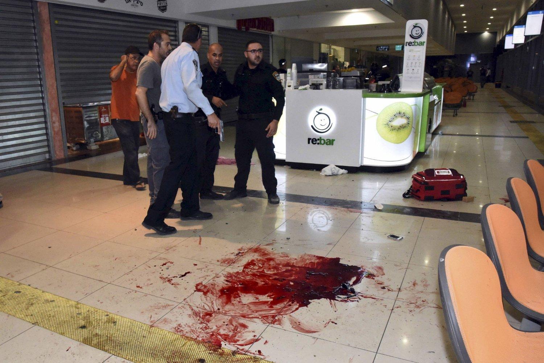 Israelsk sikkerhetspersonell står ved åstedet der en antatt palestinsk mann skjøt og knivstakk flere mennesker på busstasjonen i Beersheba søndag.