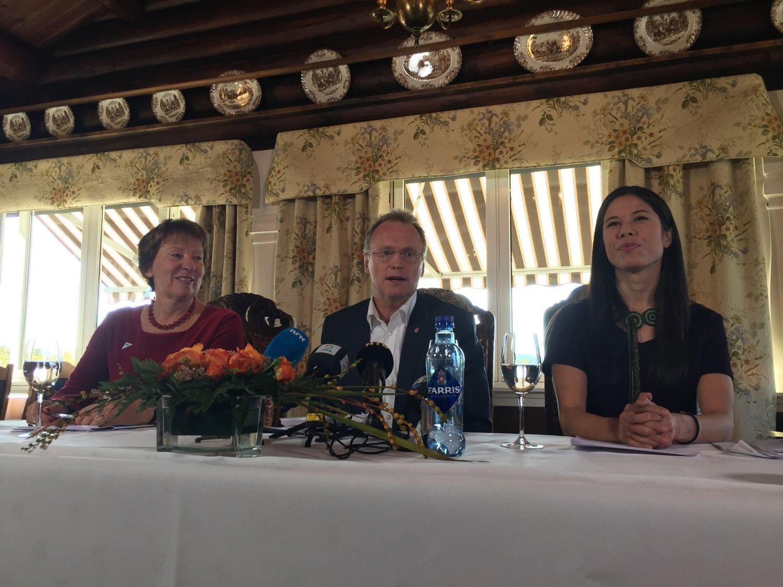 Byrådserklæringen i Oslo legges fram på Østmarkssetra. Marianne Borgen (SV), Raymond Johansen (Ap) og Lan Marie Nguyen Berg (MDG).