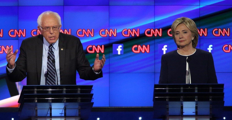 TOPPKANDIDATENE: Hillary Clinton scorer best på emnene, men Bernie Sanders får den største framgangen i den første nasjonale målingen etter Demokratenes TV-debatt.