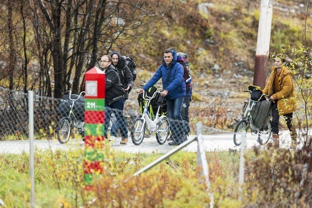 Kirkenes 20151013. Fire menn triller syklene sine over grensen fra Russland til Norge.