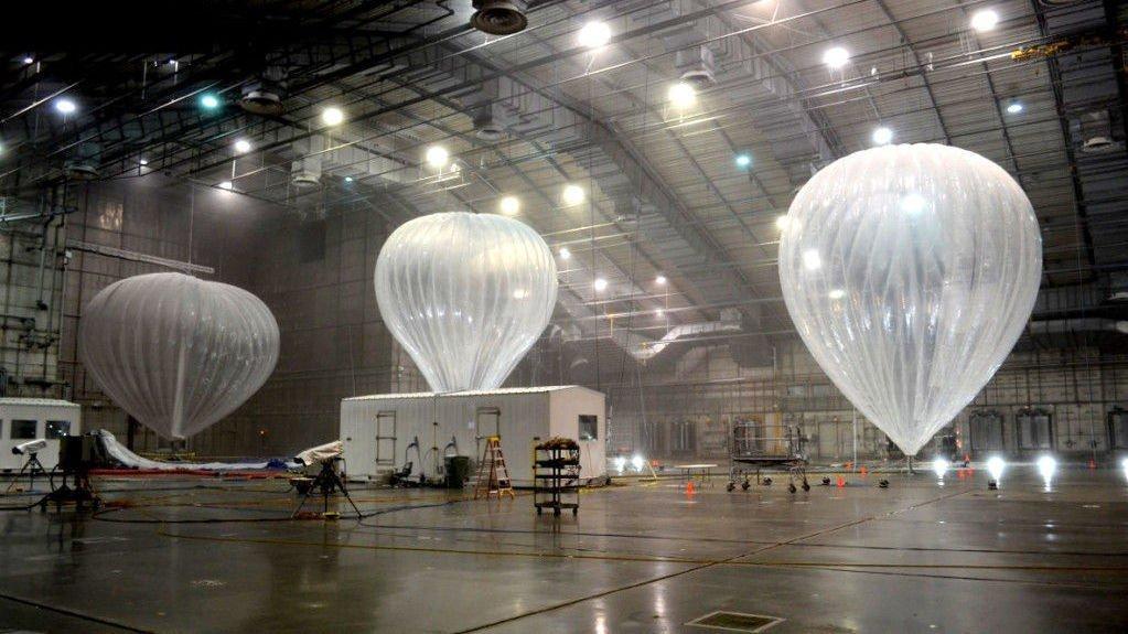 GOOGLES PROJECT LOON: Her tester Google internet-ballongene i opptil minus 60 grader en gammel flyhangar i Mountain View i California. Hangaren er omgjort til en gigantisk fryseboks.