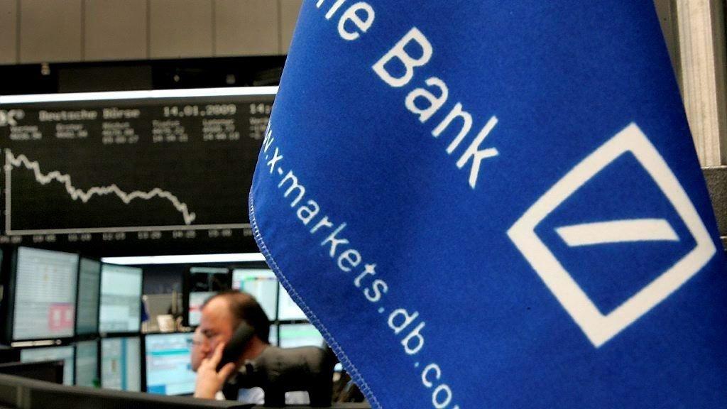 Storbanken Deutsche Bank taper milliarder i tredje kvartal og varsler at mange tusen ansatte må gå.