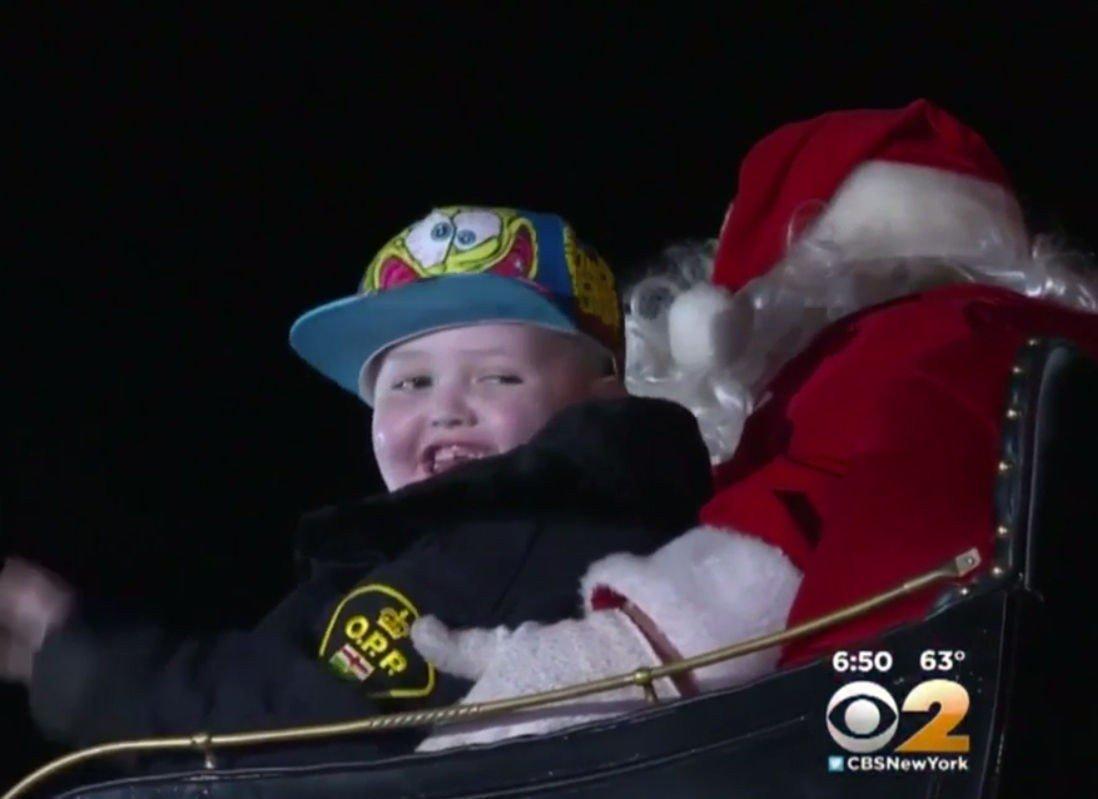 LYKKELIG GUTT: Sju år gamle Evan Leversage fikk kjøre slede sammen med julenissen.