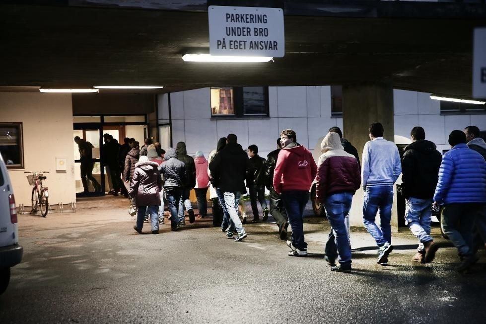 EVN STRØM: Flyktninger i kø for helsesjekk ved sykehuset i Kirkenes. På grunn av det voldsomme antallet som har passert grensen, har sykehuset slitt med kapasiteten.