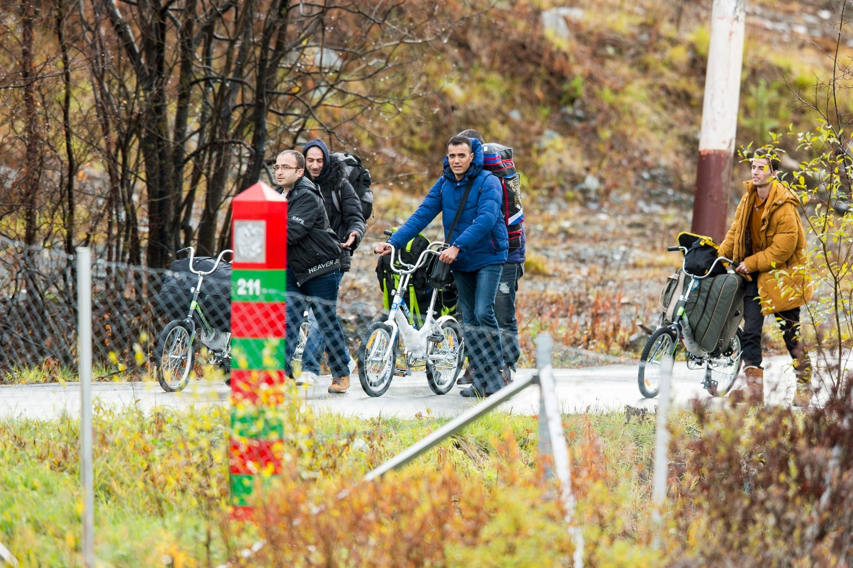 Fire menn triller syklene sine over grensen fra Russland til Norge tidligere i oktober.