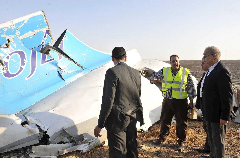 Egypts statsminister Sherif Ismail snakker med redningsarbeiderne ved krasjstedet der det russiske passasjerflyet var gått ned lørdag morgen.