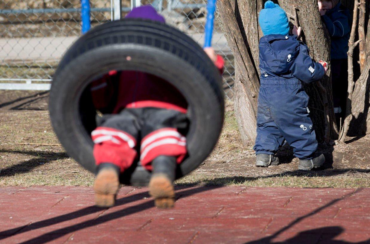 SKADD: En tidligere barnehageassistent ble arbeidsufør etter et løft i barnehagen hun arbeidet. Nå har hun gått til sak mot forsikringsselskapet som nekter å gi henne erstatning. Illustrasjonsfoto: Scanpix