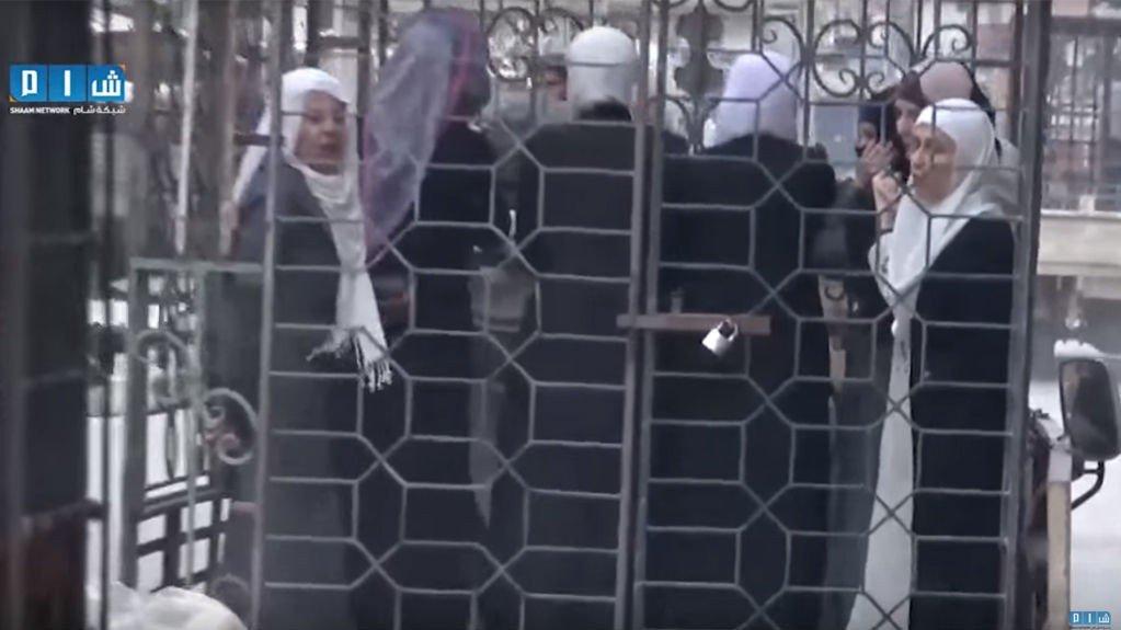Opprørere i Syria sperret inne sivile og regimesoldater i bur for å bruke dem som menneskeskjold i forsvar mot luftangrep. Bildet er hentet fra en video som aktivister har lagt ut på nett.