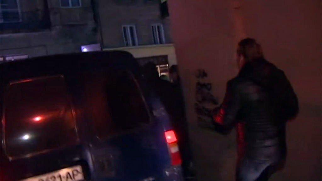 DRAMATISK: SVT-reporter Chris Härenstam måtte avbryte sendingen og løpe fra Sjakhtar Donetsk-fans som gikk til angrep mot Malmö-tilhengerne tirsdag.