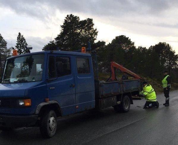 FEIL PÅ FEIL: Sjåføren på denne bilen, fikk seg en saftig regning da han traff Statens Vegvesen i kontroll på Senja tirsdags formiddag.