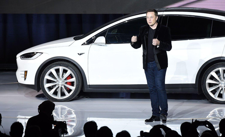 TESLA-EIER Elon Musk står foran Model X under lanseringen i California i september i år.