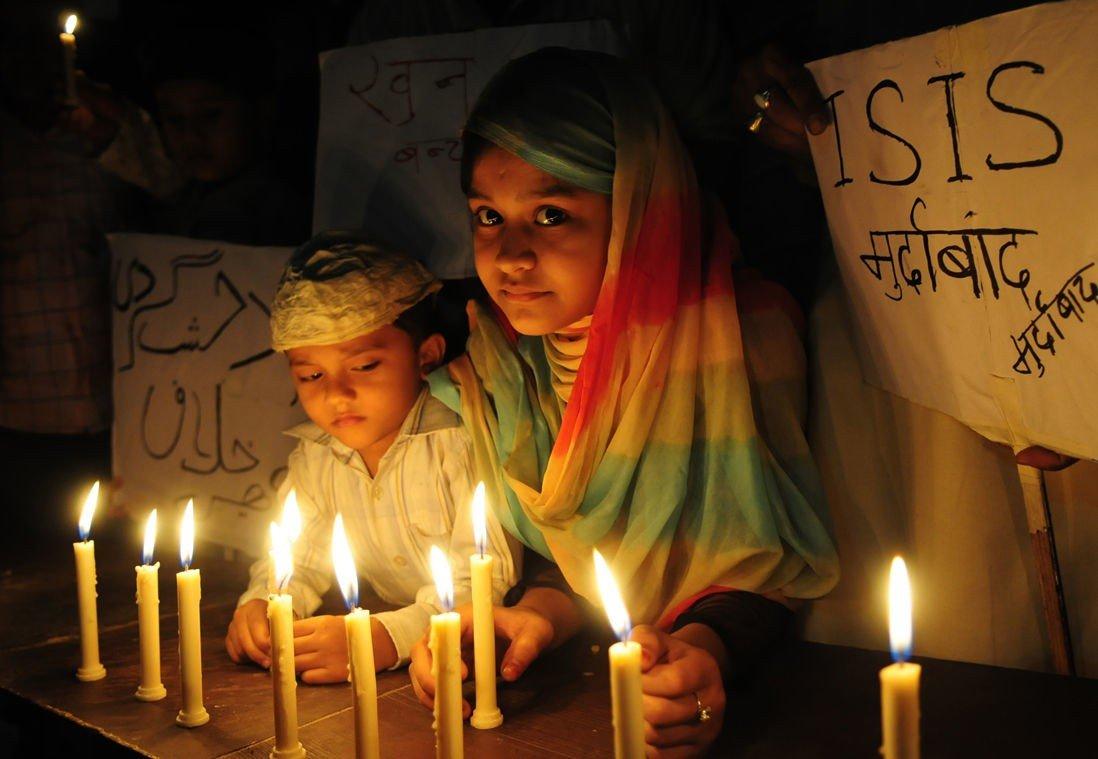 TO MUSLIMSKE BARN demonstrerer mot Den islamske stat (IS) etter terrorangrepene i Paris.
