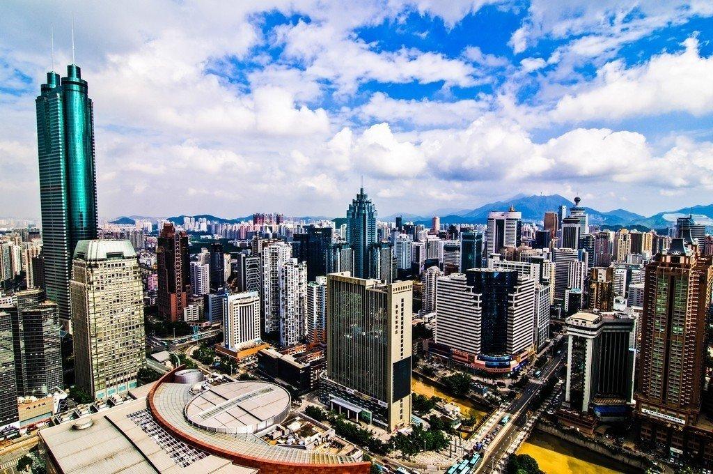 Hovedindeksen i Shenzhen noterte en oppgang på hele 3,07% torsdag. Oversikstfoto av forretningsstrøket i Shenzhen, Kina.