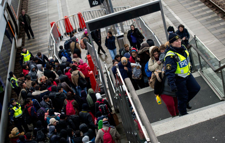 MALMÖ: Politiet holdt orden i rekkene da flyktninger ankom Hyllie stasjon utenfor Malmö torsdag ettermiddag. Foto: Johan Nilsson / TT / NTB scanpix