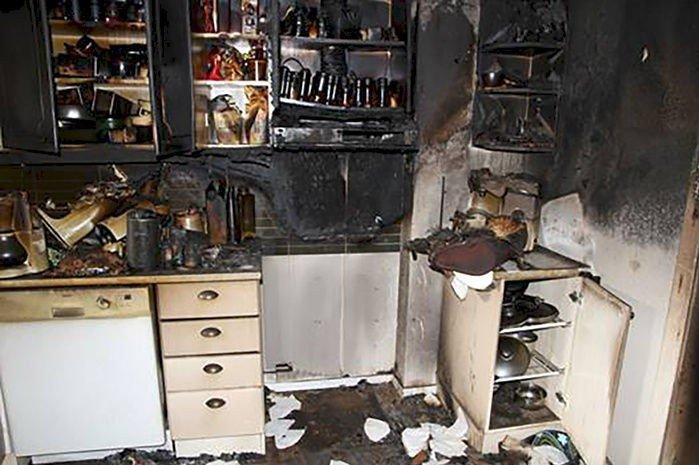 Dette kjøkkenet ble totalskadet etter brann som startet på en komfyr i Nordland. Totalt fikk boligen skader for mer enn to millioner kroner.