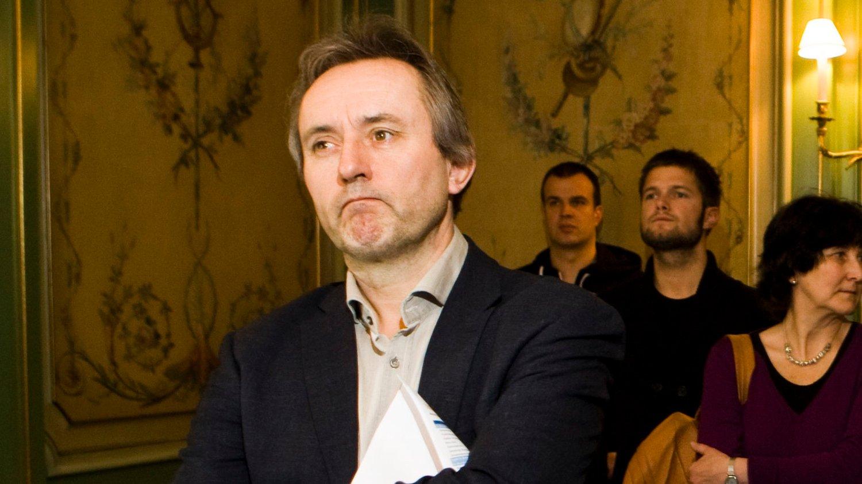 Mens Vårt Land overlevde på statsstøtte, forhandlet sjefsredaktør og adm.dir. Helge Simonnes seg til verdier for nesten 30 millioner kroner.