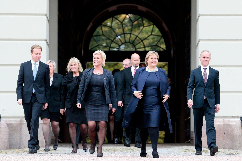 SOLBERG-REGJERINGEN: Slik så det ut da Erna Solberg viste fram sin første regjering i 2013. Onsdag blir det flere nye fjes sammen med Solberg på Slottsplassen.