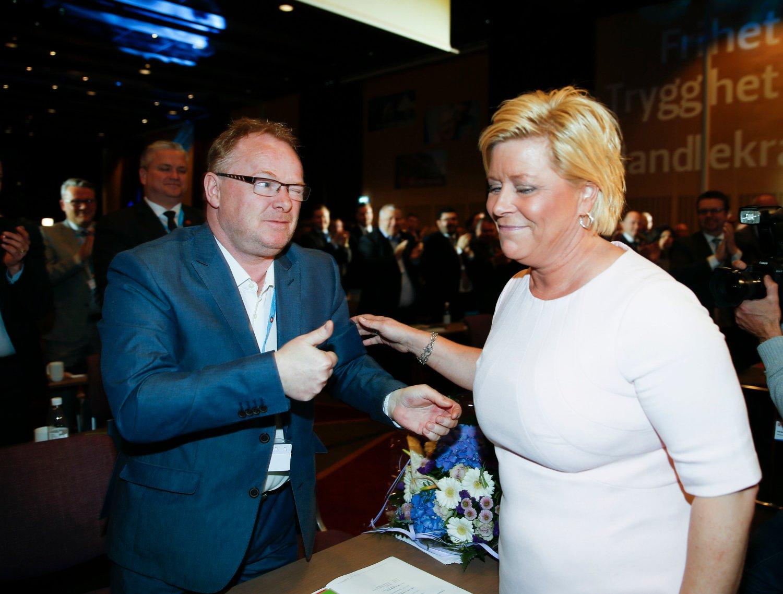 Frp-nestleder Per Sandberg gir tommelen opp til Frp-leder Siv Jensen på partiets landsmøte. Sandberg er en av Frp-erne som har brutt loven.