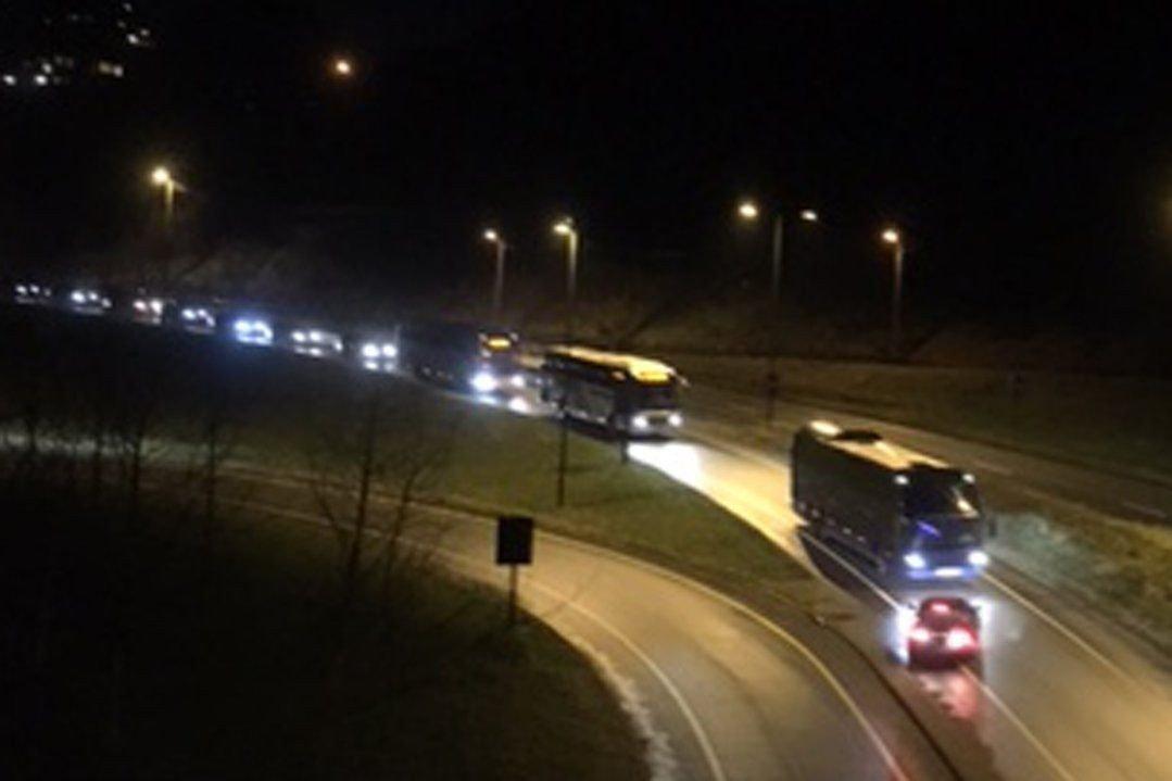 FEIL FIL: Påkjøringsfeltet til venstre kommer ned fra området ved Dolvik terminal. Hvorfor bilen har kommet i motsatt kjøreretning er uklart.
