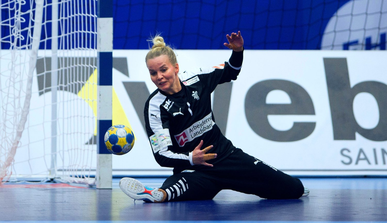 VRIEN MOTSTANDER: Sandra Toft gjorde livet surt for norske spillere med flere viktige redninger. Men heller ikke denne gangen fikk hun jekket ned norske venninner fra klubblaget.