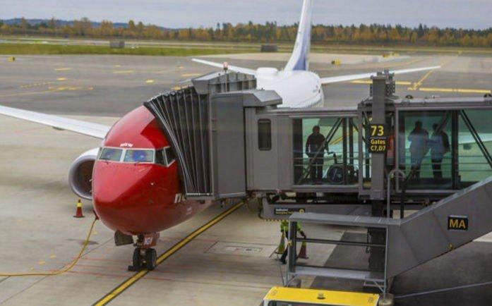 MÅ FJERNES: De er helt nye og knapt seks måneder gamle, nå må ti av tolv flybroer på den nye terminalen på Gardermoen byttes ut